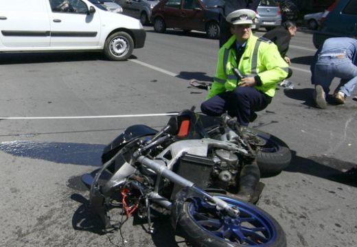 Felborult a motoros a körforgalomban, hogy elkerülje az ütközést az autóval