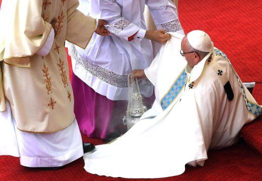 Váratlan dolog történt a pápa misézése közben