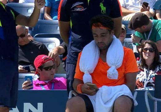 Meccs közben sms-ezett a feleségével a ciprusi teniszező