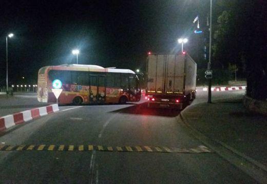 Reggelig az Aranykakas-körforgalomban akadályozta a forgalmat az elromlott autóbusz