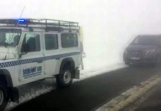 Bajba került egy külföldi turistákat szállító kisbusz a Transzalpinán – az utat lezárták