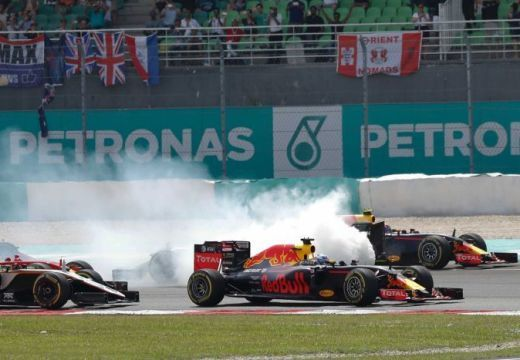 Malajziai Nagydíj – Ricciardo nyert, Hamilton kiesett