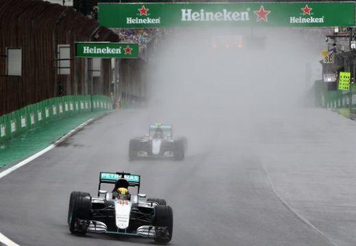 Brazil Nagydíj: Hamilton nyerte a kaotikus futamot, Rosberg második