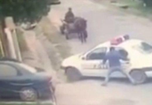 Most már ez a román rendőr is tudja az autózás alapszabályát – nézd meg a felvételt!