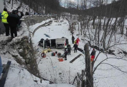 Két métert zuhant az autó – 2 ember meghalt
