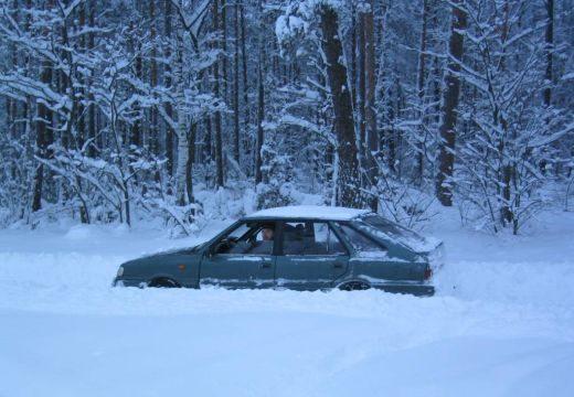 Elakadtak a hóban! A GPS havas, erdei útra irányította az autót: se előre, se hátra