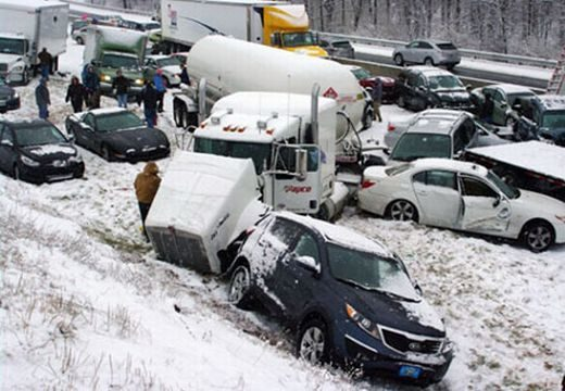 Megakarambol! 40 autó ütközött az autópályán az extrém havazás miatt