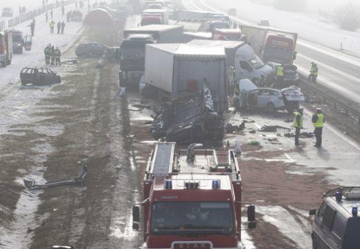 Hatalmas tömegbaleset: 76 gépkocsi ütközött az autópályán!