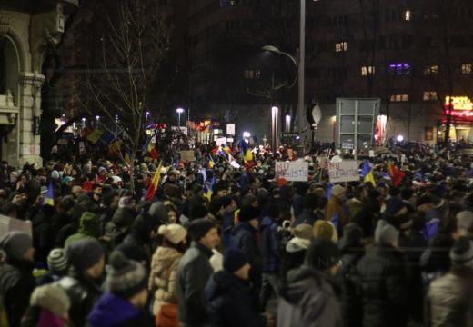 Tizenötezer ember tüntet Bukarestben, több tízezer más városokban