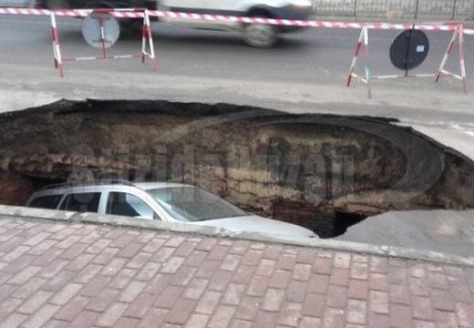 Elnyelte a föld az autót