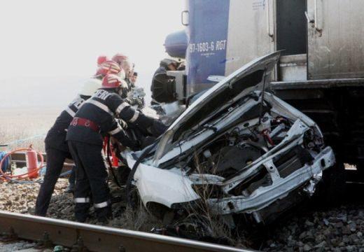 Rendőrkocsit gázolt a vonat