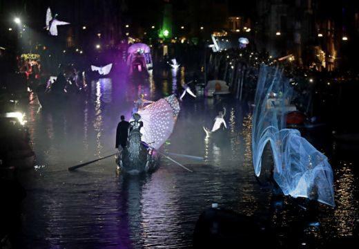 Elstartolt a velencei karnevál