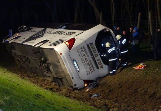 Felborult egy autóbusz az M5-ös autópályán