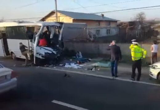 Kisbusz ütközött kamionnal az 1-esen – mindkét sofőr meghalt (videó)