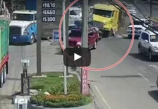 A benzinkútba csapódott a kamion, miután elsodort 15 autót – több felvétel, nézd meg!