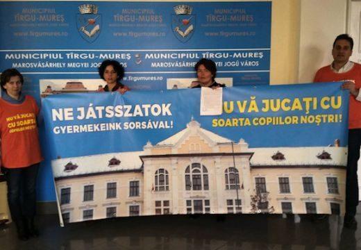 Marosvásárhelyi iskolaügy: kiderült, miért nem a polgármesteri hivatal épülete előtt tiltakoznak a szülők (videó)