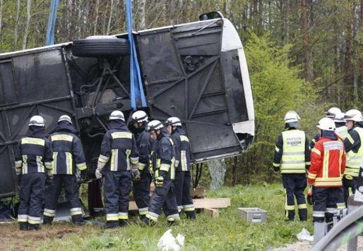 Felborult egy busz a kolozsvári kirándulásról hazatérő gyerekekkel – a sofőr meghalt