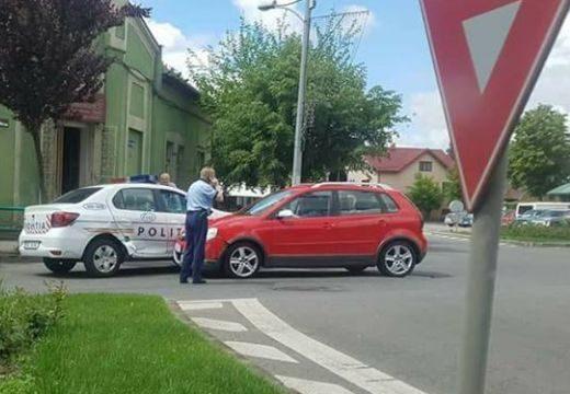 Baleset a Novi 7-es körforgalomban: rendőrautónak hajtott egy nő