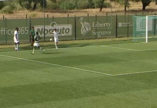 Hihetetlen jelenet: melegítő cserejátékos miatt ítéltek tizenegyest a portugál bajnoki mérkőzésen | VIDEÓ