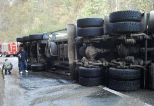 Kamion, személygépkocsi és haszongépjármű ütközése: 3 sérült