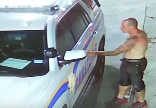 Ilyen lazán még nem láttál tolvajt rendőrautót ellopni – nézd meg a videót!