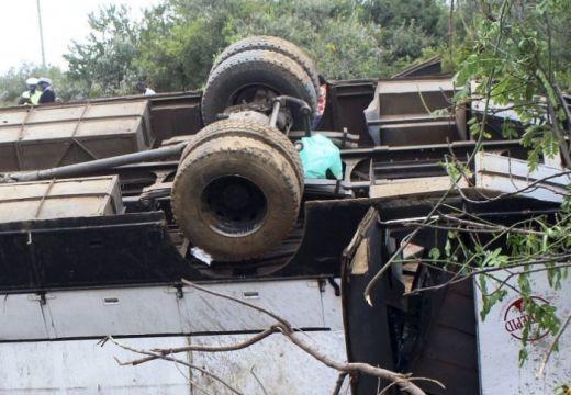 Szakadékba zuhant egy autóbusz – legalább 21-en meghaltak