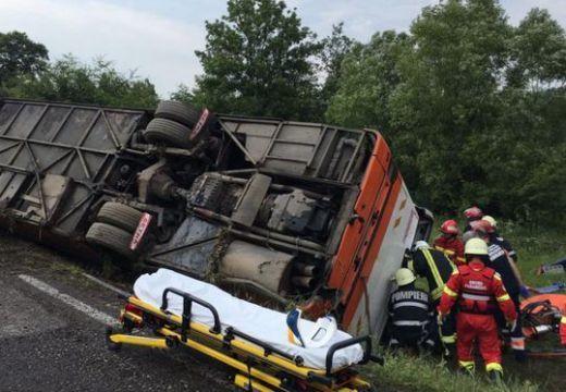 Felborult az autóbusz: vörös színű riasztás
