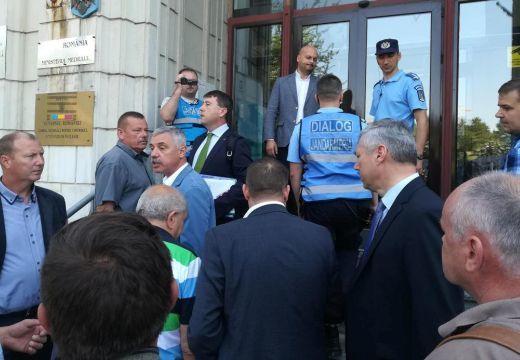 Megbírságolták Bukarestben a medveügyben tüntető Borboly Csabát!