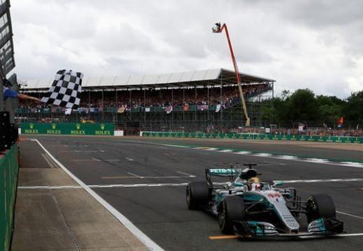 Brit Nagydíj: Hamilton nyert, egy pontra Vetteltől az összetettben