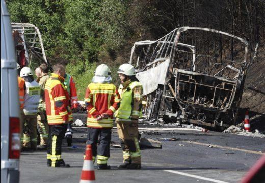 Az autóbusz nyerges vontatónak ütközött, majd kigyulladt – sokan meghaltak