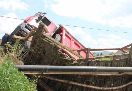 Beszakadt egy híd, a Marosba zuhant egy teherautó