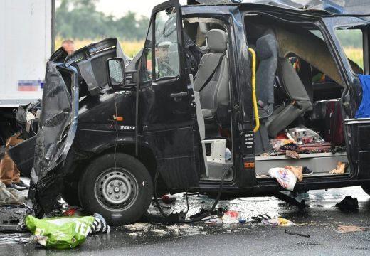Két nő és egy férfi halt meg a hajnali balesetben – kamionba rohant a kisbusz