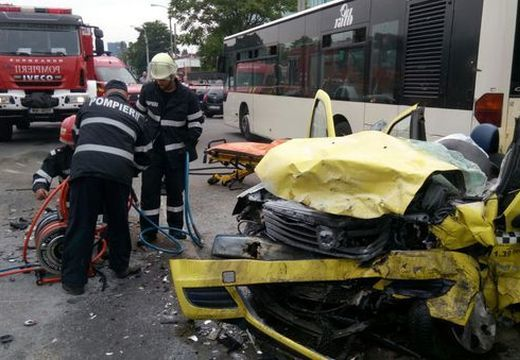 Ketten meghaltak a taxibalesetben