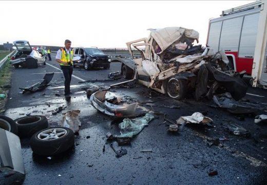 Kamion és autószállító ütközött az M43-ason, 1 ember meghalt – mindkét jármű román rendszámú volt