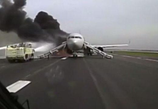 Kiugráltak az utasok: füstölt, majd felrobbant a repülőgép motorja – videó