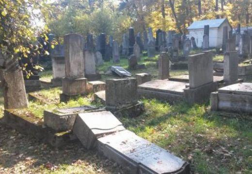 Megtalálták a szászrégeni zsidó temető meggyalázóit