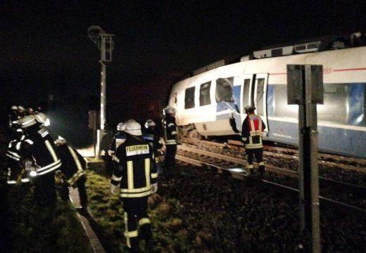 Sokan megsérültek egy személyvonat és egy tehervonat ütközésében Németországban