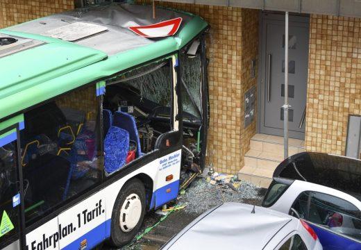 Házfalnak ütközött egy iskolabusz – legalább 37 gyerek megsérült