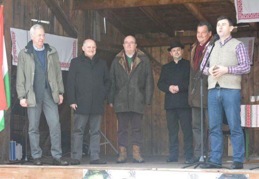 Székelyföldön búcsúztatta a farsangot a bukaresti brit, amerikai, belga és magyar nagykövet