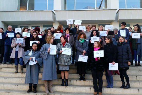 Szolgálati nyugdíjuk tervezett megvonása ellen tiltakoznak a bírák és ügyészek