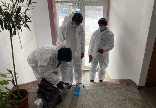 Már fertőtlenítik a blokkbejáratokat és a lépcsőházakat