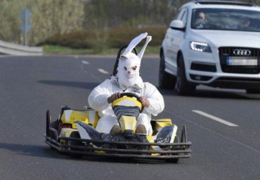 Gokarttal száguldozott az autópályán a húsvéti nyuszi