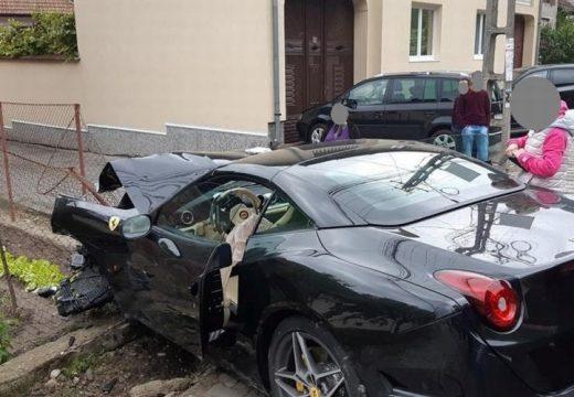 Csúnyán összetörte az út szélén parkoló Fordot a száguldó Ferrari