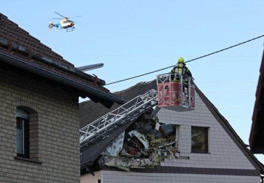 Háztetőbe csapódott egy kisrepülő Németországban