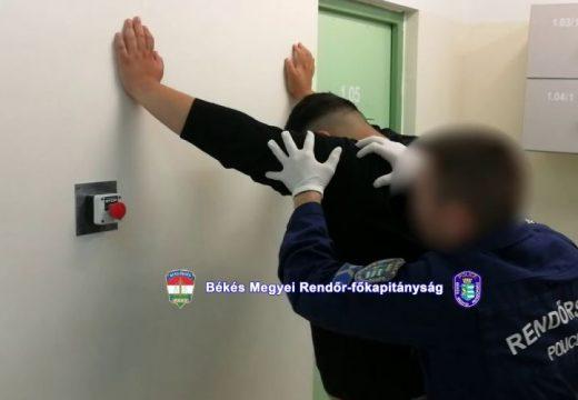 Tizennégy tagú internetes csalóbandát fogott el a rendőrség