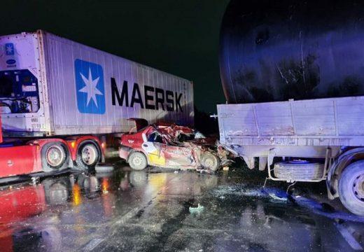 Két teherautónak is nekivágódott a taxi – a sofőr meghalt