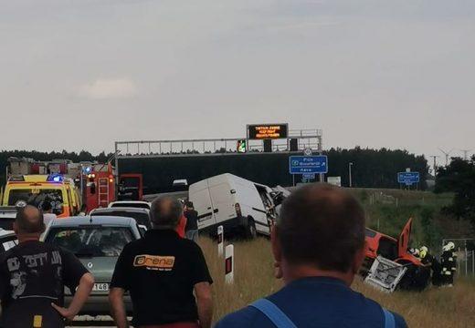 Kisbusz és kisteherautó ütközött az M4-esen – 3 sérült