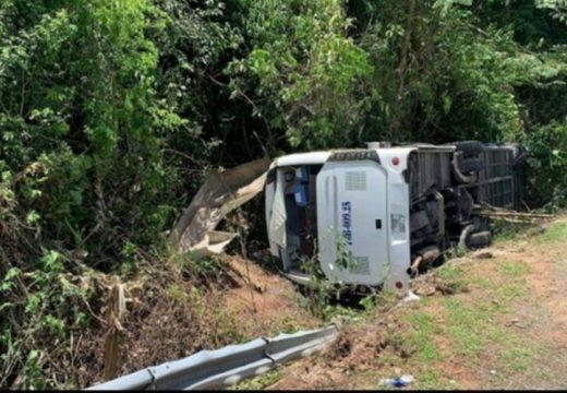 Felborult a busz a népszerű kirándulóhely közelében – 15 halott