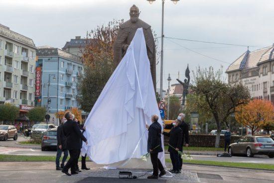 Marosvásárhelyen felavatták Bethlen Gábor egész alakos szobrát