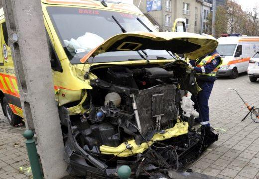 Összeroncsolódott a mentőautó a Budapesten történt balesetben